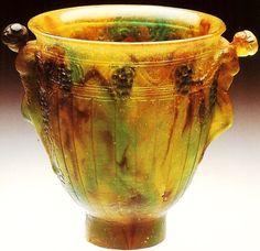 François-Emile DECORCHEMONT (1880-1971), rare vase en pâte de verre opaque marbrée imitant la pierre dure à décor d'une scène de bacchanales avec grappes de raisin en frises sur le pourtour. Hauteur : 9 cm.
