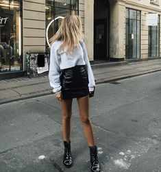 55 Amazing Outfits With Black Pencil Skirts Inspiring pictures with black pencil skirts outfits. Tips about how to wear some voguish black pencil skirt outfits. How to style a black pencil skirt. Fashion Mode, Moda Fashion, Daily Fashion, Womens Fashion, Fashion Trends, Style Fashion, 90s Fashion, Fashion Beauty, Classic Fashion