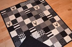 Patchwork Quilt / Crib Quilt / Baby Quilt / Black and White Quilt Black White Nursery, Black And White Quilts, Picnic Mat, Baby Boy Quilts, Quilted Wall Hangings, Fabric Squares, Quilt Top, Machine Quilting, Fabric Scraps