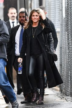 Photo of Jennifer Aniston Just Wore the 2019 Version of Your Favorite Boots Jennifer Aniston Style, Jennifer Aniston Friends, Jennifer Aniston Photos, Jennifer Aninston, 90s Boots, Leather Leggings Outfit, Sarah Harris, Sofia Coppola, Star Fashion