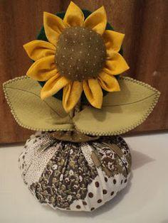 Aprende cómo hacer regalos bonitos con girasoles de tela ~ Mimundomanual Felt Flowers, Diy Flowers, Crochet Flowers, Fabric Flowers, Paper Flowers, Fabric Crafts, Sewing Crafts, Sewing Projects, Diy And Crafts