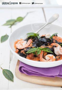 Revista PlatosyCopas // Fetuccini con tinta de calamar, salsa de tomate, albahaca y tomate.