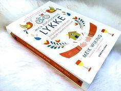 """Lykke este ceea ce danezii numesc fericirea. Și nimeni nu știe mai multe despre fericire ca Meik Wiking, directorul Institutului de Cercetare a Fericirii din Copenhaga și autorul volumului """"Mica Enciclopedie Hygge. Reteta Daneza a Fericirii """". Acum Wiking ne aduce o nouă doză de fericire: Mica Enciclopedie Lykke."""