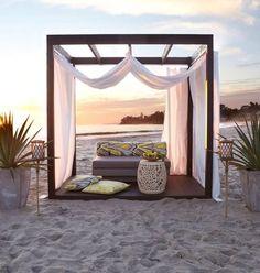 cortinas chillout, estructura cuadra o de tipi. cortinas blacas compretas y otras capas de cortinas encima de un par mas de colores diferentes.