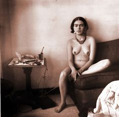 Black and white photo of Frida Kahlo in the nude Diego Rivera, Natalie Clifford Barney, Frida E Diego, Frida Art, Clemente Orozco, Petra Collins, Johann Wolfgang Von Goethe, Mexican Artists, Famous Artists