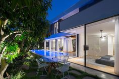 Rishon LeZion House is a single-family house designed by Shachar Rozenfeld Architects, an Israeli studio founded in 2009 L Shaped House, Tree Saw, Outdoor Spaces, Outdoor Decor, Private Garden, Architecture Photo, Beautiful Homes, Home And Family, Villa