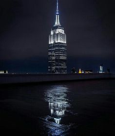 The reflected into / L'Empire State Building riflesso nell' A New York Minute, City Lights, Empire State Building, New York City, Travel Photography, Places To Visit, Amazing, Nyc, Skyscrapers