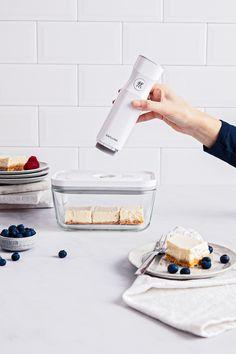 Diesen köstlichen No-Bake-Cheesecake habt ihr ratzfatz in nur 15 Minuten zubereitet. Die übrigen Kuchenstücke einfach portionieren, vakuumieren, kühl lagern und am nächsten Tag genießen.   #cheesecake #nobake #nobakecheesecake #nobakecake #blaubeeren #käsekuchen #kuchenrezept #vakuumieren #frischhalten#vorbacken Knife Block Set, Kitchen Must Haves, Vacuum Sealer, No Bake Cheesecake, Cookware Set, Food Waste, Kitchen Tools, Food Storage, Meal Prep