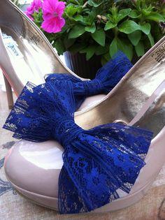 kanten blauwe schoen clips. met witte schoenen en blauw kanten mini sokjes waarvan dan alleen de rand boven de schoen uitkomt - matcht bij thomas zn pak