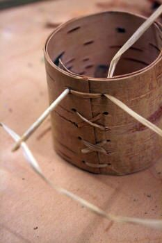 How to make a birch bark container - Step by step article Bushcraft, Birch Bark Crafts, Wood Crafts, Tree Bark Crafts, Easy Crafts, Diy And Crafts, Arts And Crafts, Birch Bark Baskets, Deco Nature