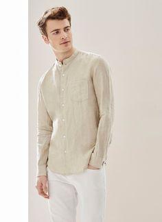 Elegante y refinada, esta camisa ligera en lino delavé tiene corte Regular Fit con un relajado cuello mao, y presenta un bolsillo en el pecho con el logo bordado. Combínalo con un pantalón blanco para crear un look veraniego muy chic.