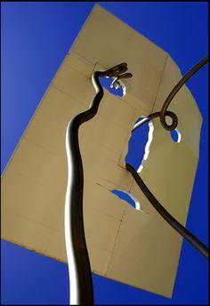 Kunstwerk vlakbij de Olympische Haven in Barcelona http://bezoekbarcelona.blogspot.com/2012/08/wolkenkrabbers-in-de-olympische-haven.html