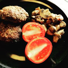 Chili-burgers with a side of tomatos and fried mushrooms #lchf #nocarbs #cleaneating
