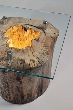 Mesa-lámpara realizada con tronco de árbol.
