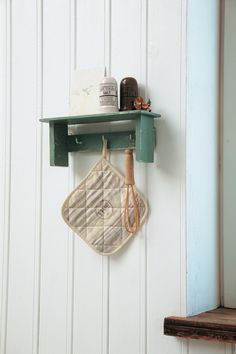 フックつきつるし棚。キッチンツールや鍋つかみ、スパイスなどの定位置にしても。/簡単&おしゃれなプチ木工(「はんど&はあと」2013年10月号)
