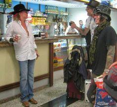 Axl Rose tomando cerveja (itaipava) ao lado de Sebastian Bach e DJ Ashba no aeroporto de Porto Alegre