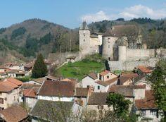 Chateldon (Photo Romary sur http://commons.wikimedia.org) : au pied du massif granitique des Bois Noirs, le village était au XIIIe siècle sous la protection d'un château fortifié hissé sur un éperon au confluent du Chasserelle et du Voiron. Le bourg s'entoura au XIVe siècle d'une enceinte fortifiée et dépendit tour à tour du Bourbonnais et de la Basse Auvergne. Au nord est du château s'élève le beffroi marquant l'entrée du bourg castral qui présente une série de vieux logis aux murs de...