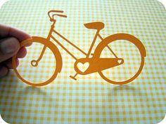 Queridas,  não dá vontade de pegar este aplique e sair pedalando por ai? :D   -------   * Material: Papel para scrapbook; não adesivado.   * Quantidade por pacote: 01 aplique em forma de bicicleta.  * Tamanho: O aplique bicileta mede 6,8 x 12,4cm  * Recomendações de aplicação: Use cola especial para scrapbook e, de preferência, que seja livre de ácido.  * Este produto está disponível para pronta-entrega.  Aproveitem!  Tia Mi R$ 2,80