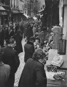 Mêlons-nous à la foule de la rue Mouffetard, la Mouffe, vers 1955. Les oeufs frais se vendaient 30 francs... anciens!  (Paris 5e)