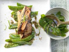 Soja-Lachs mit Zuckerschotensalat: eine Mahlzeit mit Omega-3-Fettsäuren, Ballaststoffen, Vitaminen wie D und B12 sowie Zink.