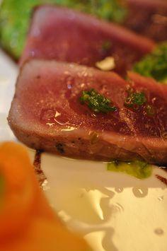 Tagliata di tonno, insalate cotte, verdure crude e salsa al vino rosso.