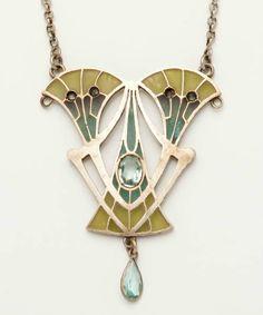 Philippe Wolfers. Een zilveren hanger met email. Met polychroom plique a jour email versiering. Aan dun zilveren collier. Art Nouveau. Frankrijk.