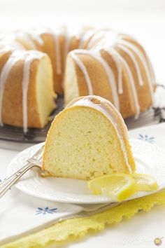 Who can resist a Lemon Pound Cake? This cake has a smooth texture and the right amount of tangy lemon, topped with lemon glaze. Köstliche Desserts, Lemon Desserts, Lemon Recipes, Delicious Desserts, Plated Desserts, Mini Cakes, Cupcake Cakes, Cupcakes, Pound Cake Glaze