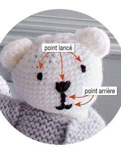 Maille après maille, tricoter un doudou ourson avec deux pelotes de laine c'est possible avec ce tuto pour initiés. C'est adorable, fait avec le cœur, lancez-vous !