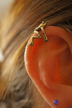 Silver or gold tree frog ear cuff, ear cuff jacket, no piercing needed. Artificial cartilage ear cuff with a cute tree frog in antique gold or silver. Gently pinch the tree frogs feet for a perfect fit! Ear cuff is perfect for one - Bijoux Piercing Septum, Cute Ear Piercings, Body Piercings, Cartilage Earrings, Piercing Tattoo, Stud Earrings, Ear Gauges, Tragus, Barbell Piercing