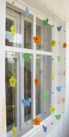 Handmade by Helga: Felt garland for balcony Classroom Window Decorations, Birthday Room Decorations, Felt Decorations, School Decorations, Cool Paper Crafts, Diy Crafts To Do, Paper Flowers Craft, Diy Arts And Crafts, Felt Flower Bouquet