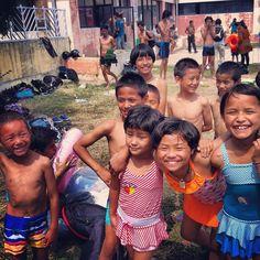 A falta de playa... Piscina! Al agua patos! #children #niños #kids #nepal #katmandu #solidarios #voluntario #solidaridad #voluntariado #sonrisas #water #ong #agua #piscina #fun