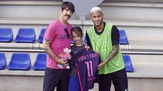 Barcelona star Neymar jr. meets Red Hot Chili Peppers lead singer Anthony Kiedis & his son, Everly. #FCBarcelona #FansFCB #Football #FCB #AnthonyKiedis #RedHotChiliPeppers #Neymar