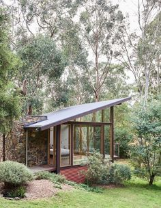Casa Warrandyte by The Design Files (but not for my bedroom more like a study or office space) Modern Tiny House, Tiny House Design, Modern House Design, Mid-century Modern, Modern Homes, Exterior Wall Design, Exterior House Colors, Modern Exterior, The Design Files