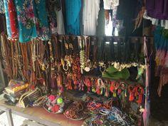 Samadi-markt, Elke zondag is er tussen 9 en 2 uur een biologische markt voor Samadi. Door deze markt te bezoeken ondersteun je de locals met hun biologische teelt én het is nog leuk om te bezoeken ook. Je vindt er naast verse voedingsmiddelen ook handgemaakte spulletjes. De sfeer is enorm gezellig, er wordt muziek gedraaid en de Balinezen met hun warme glimlach maken er een ware happening van.