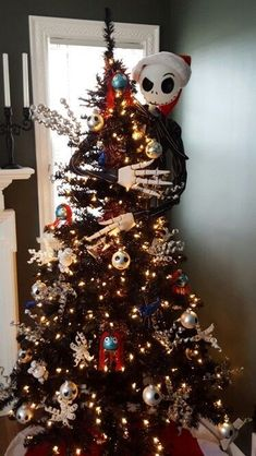 black christmas tree ideas Amazing Halloween Christmas Tree Ideas You Must Have Halloween Christmas Tree, Halloween Tree Decorations, Nightmare Before Christmas Ornaments, Black Christmas Trees, Christmas Tree Themes, Holiday Tree, Disney Christmas Decorations, Christmas Centerpieces, Simple Christmas