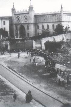 Rok 1945. Więzienie NKWD i UB - po lewej stronie fragment nie istniejącego budynku (białe ściany) w podziemiach, którego komuniści wykonywali wyroki śmierci.