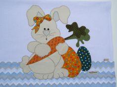 Pano de copa Coelha Dengosa, 100% algodão. Pano de copa em patch aplique com bordado em ponto caseado Detalhe de olhos de botão. Sob encomenda, as estampas podem sofrer alterações, mantendo as tonalidades. Quilt Patterns, Sewing Patterns, Easter Pillows, Bunny Rabbit, Diy And Crafts, Dinosaur Stuffed Animal, Cute Animals, Patches, Kids Rugs