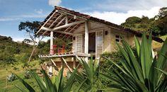 Fachada de tijolinho e estrutura de madeira do anexo. É uma casa pequena confortável.