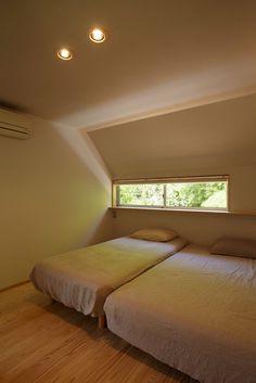 里山に建つ家: toki Architect design officeが手掛けた寝室です。