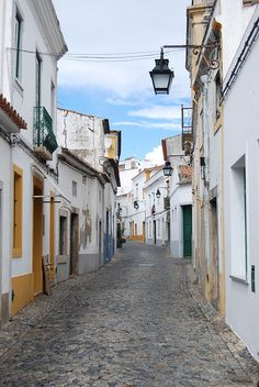 Street scene in Evora, Portugal (by Catgirrrl).