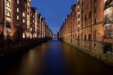 Blaue Stunde in der Speicherstadt #hamburg #city #deutschland #speicherstadt #tapeterie #night #wandgestaltung #wand #living #home #art #design #walldesign #kunst #inneneinrichtung #architektur #einrichtung #wohnen #innenarchitektur #tapeten