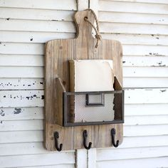 Cutting Board Rack with Industrial Basket and Hooks - Mueble estanteria - Welcome Haar Design Farmhouse Cutting Boards, Diy Cutting Board, Wood Cutting Boards, A Pontenova, Wood Projects, Woodworking Projects, Kids Woodworking, Woodworking Patterns, Woodworking Workshop