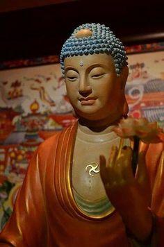 """Kinh Tám Danh Hiệu Cát Tường của Chư Phật  Tôi nghe như vầy:  Một thuở nọ, Đức Phật ở tại vườn Kỳ Thụ Cấp Cô Độc trong thành Xá-vệ, cùng với 1.250 vị đại Tỳ-kheo, 80.000 vị Bồ-tát Ma-ha-tát, và chư thiên long quỷ thần.  Lúc bấy giờ Thế Tôn bảo ngài Xá-lợi-phất:  """"Từ Phật độ này về hướng đông, vượt qua một Hằng Hà sa cõi Phật, có một thế giới tên là #Thiên #Thắng. Trong cõi nước ấy có Đức #Phật, hiệu là Thiện Thuyết Cát #Như #Lai, Ứng Cúng, Chánh Biến Tri và Ngài hiện đang thuyết Pháp ở đó."""