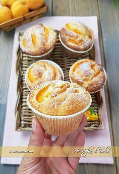 Muffin alle albicocche con cuore morbido Apricot muffins with soft heart recipe Mini Desserts, Dessert Recipes, Nutella, Low Carb Brasil, Cap Cake, Yogurt Muffins, Biscotti Cookies, Plum Cake, Patisserie