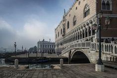 El Palazzo Ducale ('Palacio Ducal'), situado en el extremo oriental de la Plaza de San Marcos, es uno de los símbolos de la gloria y el poder de Venecia. Edificio de estilo gótico, sus dos fachadas más visibles miran hacia la laguna de Venecia y la plaza de San Marcos. El palacio fue residencia de los dux, sede del gobierno y de la corte de justicia y prisión de la República de Venecia.