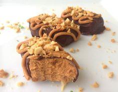 lindastuhaug | Peanøtt proteinbarer med sjokolade - Peanøtt proteinbarer 50 g peanøttmel 20 g sukrinmelis  1/4 ts salt 1-2 ss vatn Sukkerfri sjokolade ~  15 g crunchy peanøttsmør* 10 g smelta cocosa – evt. ekte smør*