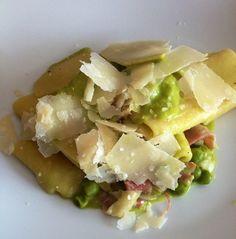 paccheri con crema di piselli, pancetta e scaglie di parmigiano