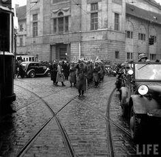 This Day in History: Mar 15, 1939: World War II - Nazis take Czechoslovakia http://dingeengoete.blogspot.com/ http://3.bp.blogspot.com/_oIAhQMTG-dU/S9b6KJZeqdI/AAAAAAAAEXE/JTAS1xtZZxQ/s1600/hitler-nazi-germany-czechoslovakia-annexation-1938-ww2-prague-006.jpg