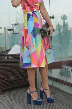 Nesse dia, resolvi ir 'ladylike'e bem colorida! Escolhi um dos vestidos mais lindos da temporada, da marca Olympiah. Geométrico, sessentista e com cores vivas, perfeito para quem busca elegância com muita originalidade! Referências da Pop Art ma estampa mais icônica da marca nesta estação. Bolsa Dior: Pulseiras Épiphanie Sandália Gucci Momento Magnum: degustando o mais …