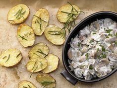 Eine so einfache wie wirkungsvolle Kombination - Gebackene Rosmarinkartoffeln mit Champignongemüse | http://eatsmarter.de/rezepte/gebackene-rosmarin-kartoffeln
